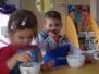 Nasze małe Kuchciki z Myszek robią sałatkę :)